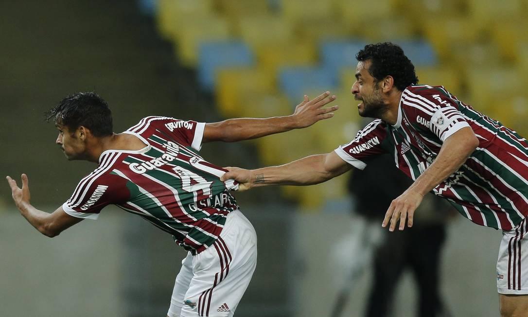 Fred puxa a camisa de Scarpa, após o golaço do meia tricolor no Maracanã Alexandre Cassiano
