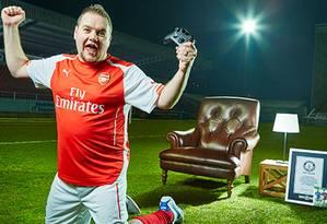 Torcedor do Arsenal, Christopher Cook admite não ser muito bom no videogame Foto: Paul Michael Hughes / DIVULGAÇÃO/GUINNESS BOOK
