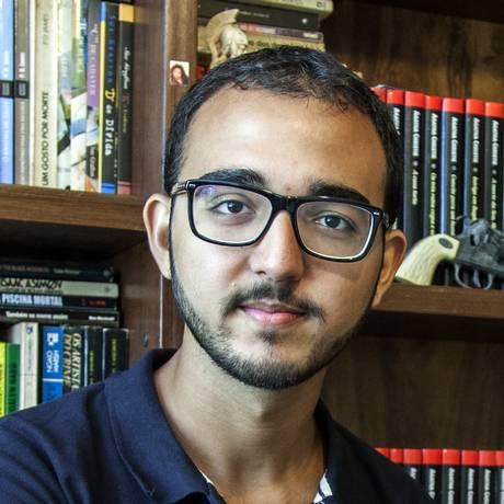 """Raphael Montes, de 23 anos, em sua casa: ele lança o romance de terror """"O vilarejo"""".. Foto: BEL PEDROSA/Divulgação"""