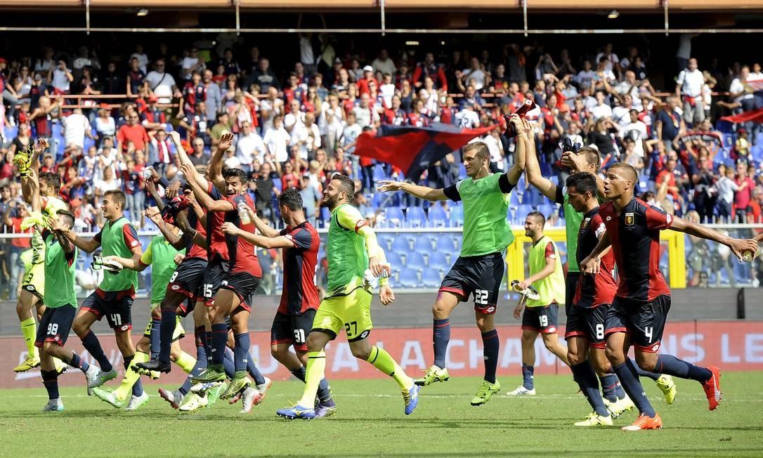 Jogadores do Genoa comemoraram muito a vitória sobre o Milan, após o fim da partida Foto: GIORGIO PEROTTINO / REUTERS