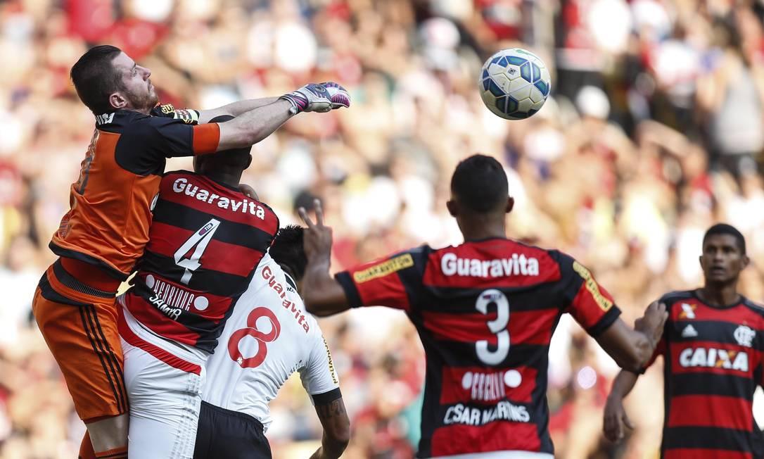 Goleiro Paulo Victor sobe a tira a bola da área rubro-negra Alexandre Cassiano / Alexandre Cassiano