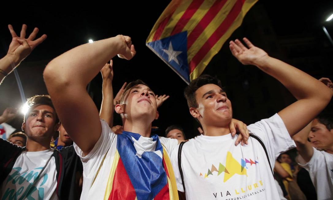 Apoiadores da coalizão Junts Pel Si comemoram nas ruas de Barcelona Foto: SERGIO PEREZ / REUTERS
