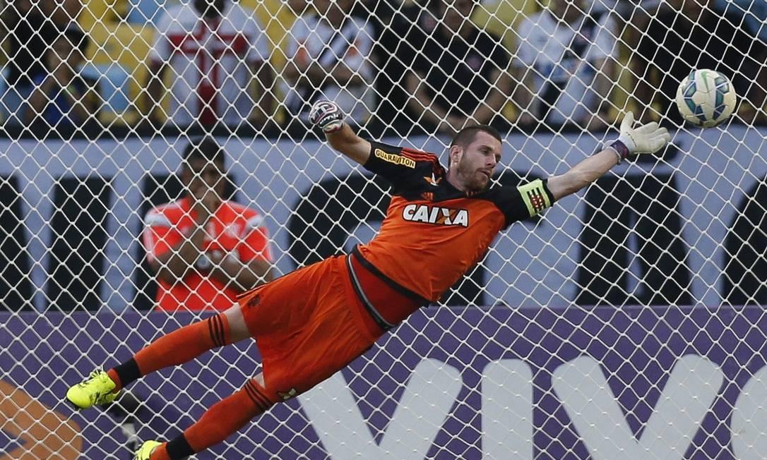 Paulo Victor se estica, mas não alcança a cobrança de Rodrigo, no gol de empate Alexandre Cassiano / Alexandre Cassiano