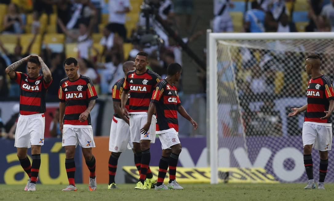 A tristeza dos jogadores do Flamengo após um dos gols do Vasco Alexandre Cassiano / Agência O Globo