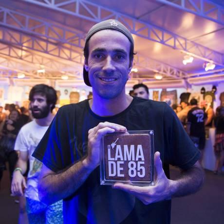 Gustavo Santoni, que comprou uma caixa com lama do Rock In Rio de 1985 Foto: Leo Martins / Agência O Globo