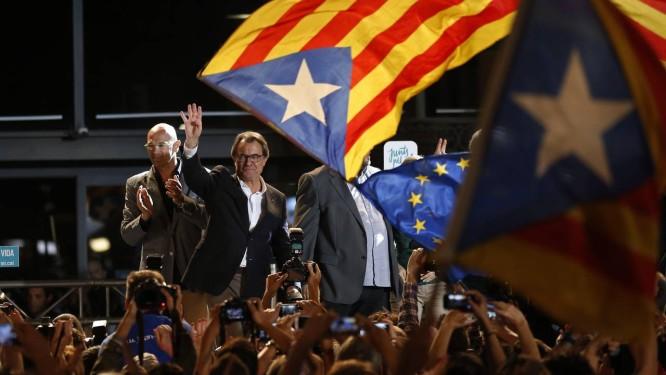 Limbo jurídico: Mas é recebido com bandeiras da Catalunha e da UE Foto: Manu Fernandez/AP