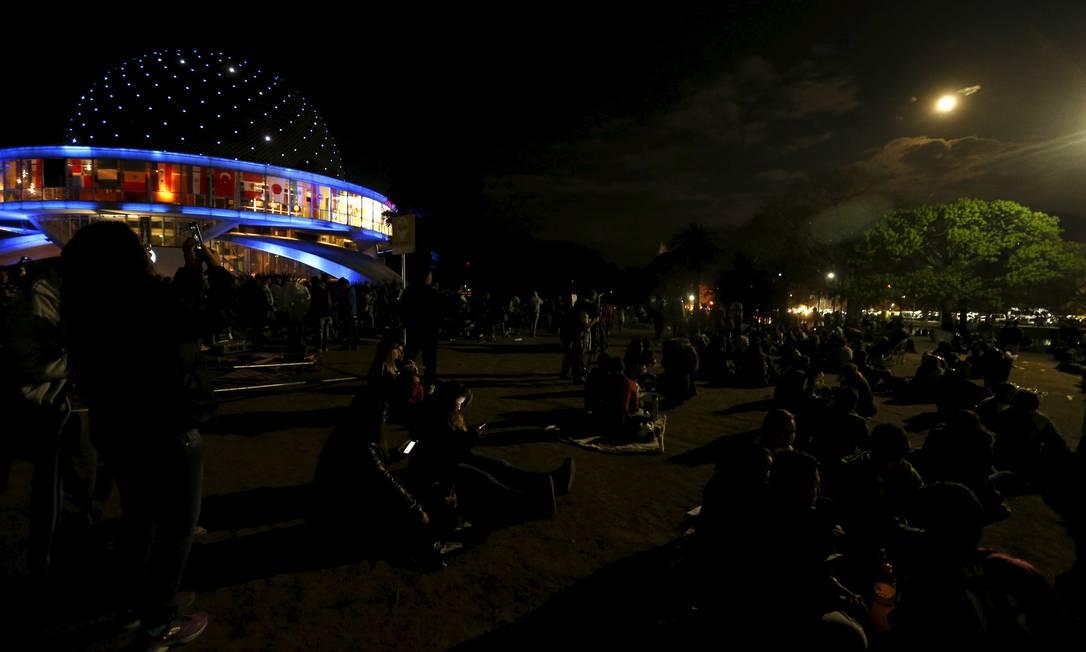 Argentinos se reúnem perto do planetário de Buenos Aires para assistir ao fenômeno ENRIQUE MARCARIAN / REUTERS/