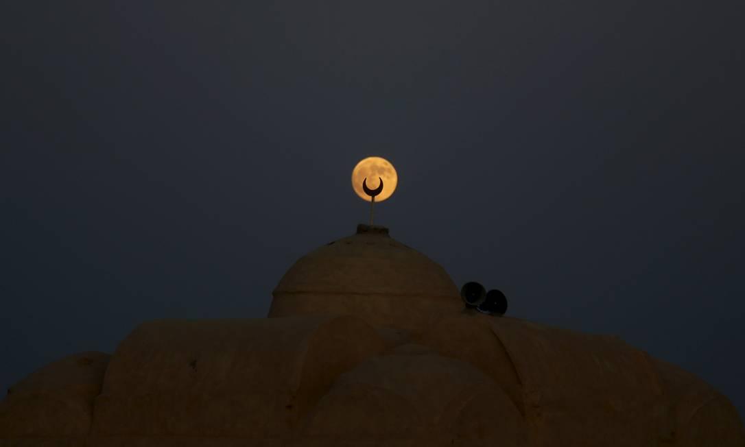Lua é vista no deserto de Al Fayoum Governorate, no Sudoeste de Cairo, no Egito AMR ABDALLAH DALSH / REUTERS