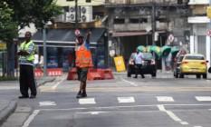 Ilegal, e daí? Flanelinhas atuam em ruas ao redor da praça, como na Avenida Venezuela, uma das principais da região Foto: Custódio Coimbra / Custódio Coimbra