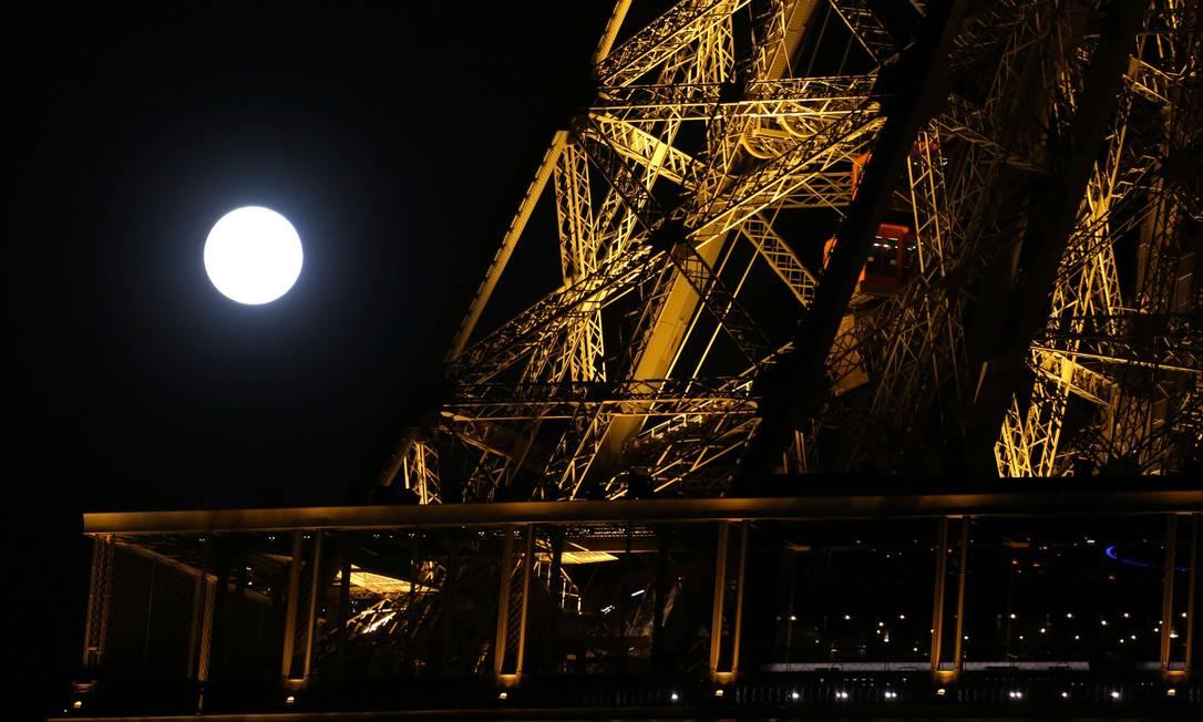 A superlua aos pés da Torre Eiffel, em Paris LUDOVIC MARIN / AFP