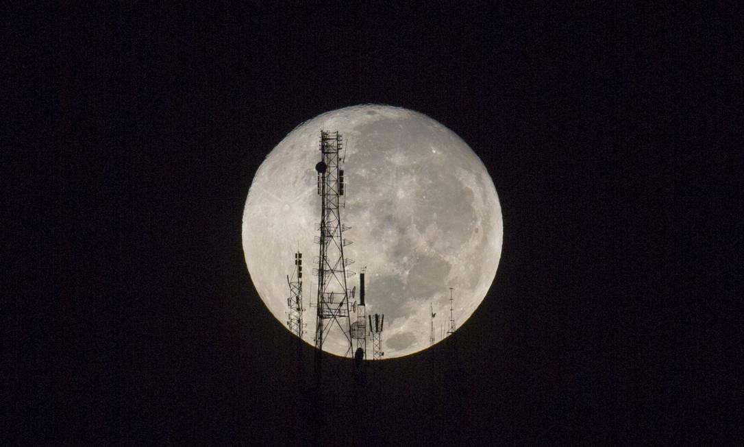 Em Porto Príncipe, no Haiti, torre de TV 'corta' a superlua Dieu Nalio Chery / AP