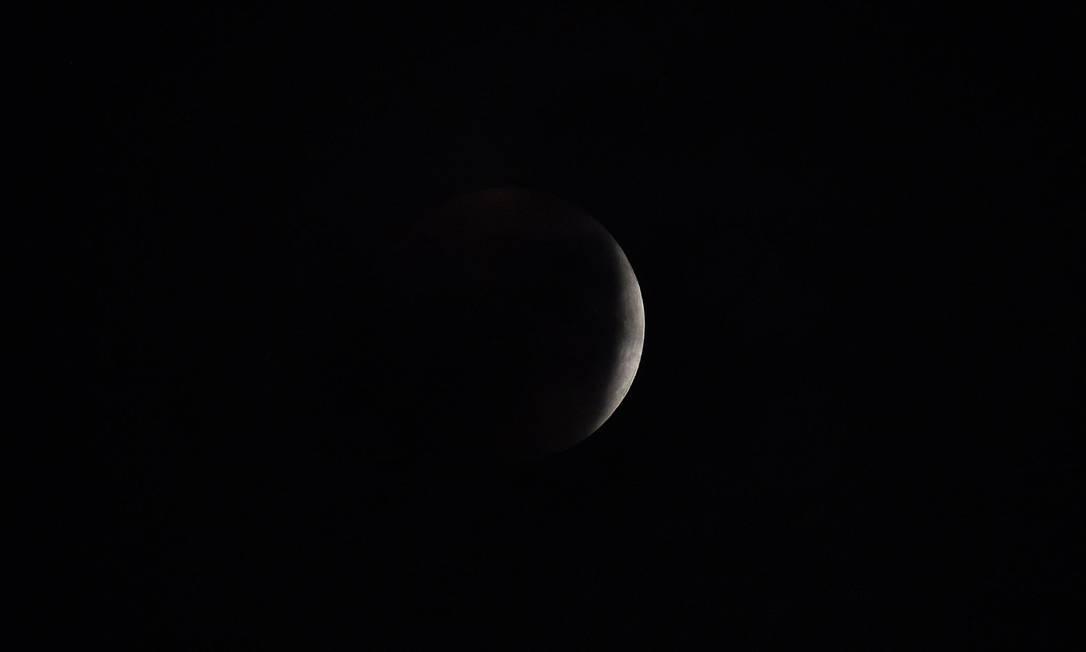 A sombra da Terra começa a obscurecer a visão da chamada superlua na cidade de Westminster, no Reino Unido Dylan Slagle / AP