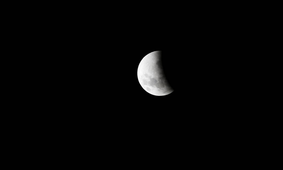 A lua é vista em um eclipse parcia em Johannesburgo, na África do Sul SIPHIWE SIBEKO / REUTERS
