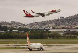 Pousos e decolagens no aeroporto do Galeão Foto: Gustavo Miranda / Agência O Globo