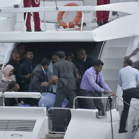 Passageiros da lancha do presidente das Ilhas Maldivas são levados ao hospital depois de explosão nesta segunda-feira Foto: Yoosuf Sofwan / AP