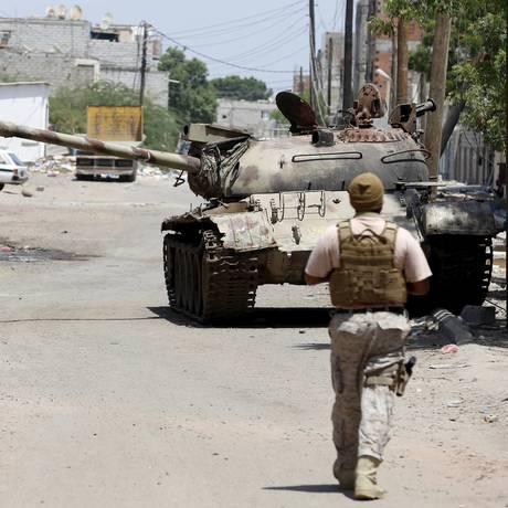 Soldado da coalização saudita atravessa rua na cidade de Aden, no Iêmen, em meio a intensos conflitos no país Foto: FAISAL AL NASSER / Reuters