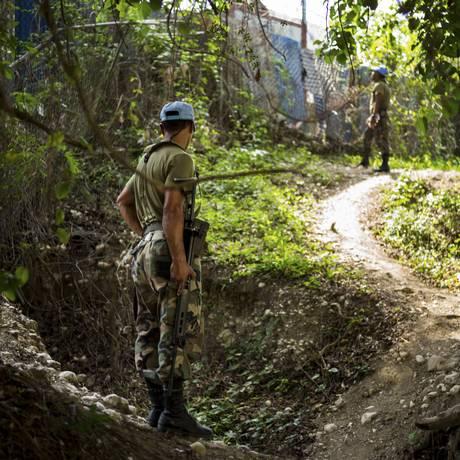 Soldados de paz da ONU patrulham área perto de base em Mirebalais, Haiti Foto: IAN WILLMS / NYT
