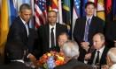 Putin observa Obama em coquetel na Assembleia Geral da ONU Foto: KEVIN LAMARQUE / REUTERS