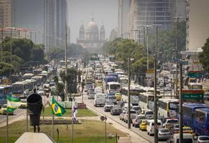 IPVA de carros flex pode ficara mais caro. Na foto, o trânsito na Av. Presidente Vargas Foto: Pablo Jacob / Agência O Globo