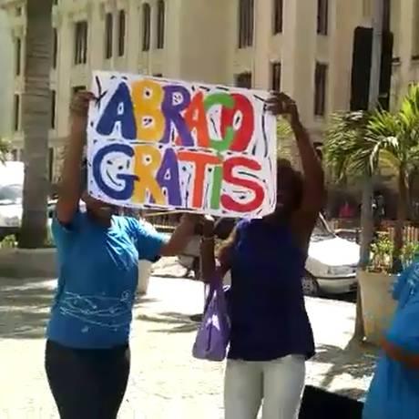 Jovens distribuíram abraços grátis pelo Centro do Rio Foto: Divulgação / Educa Aí