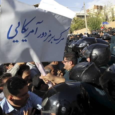 Manifestantes iranianos protestam contra tragédia do lado de fora da embaixada saudita em Teerã Foto: TIMA Agency / REUTERS