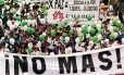 Frustração. Colombianos participam de ato em Bogotá para exigir a paz: marcha coincidiu com tentativa de acordo entre o governo e as Farc