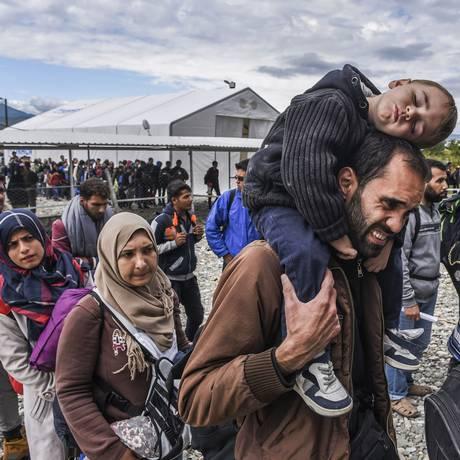 Refugiados fazem fila enquanto tentam percorrer seu caminho de entrada na Europa Foto: ARMEND NIMANI / AFP