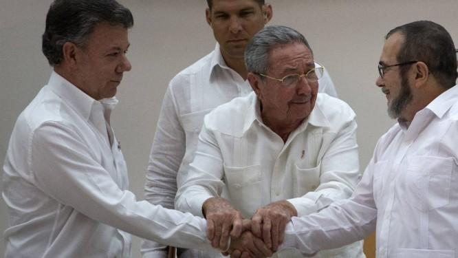 O presidente de Cuba, Raul Castro, intermedia o acordo de paz entre o presidente colombiano Juan Manuel Santos e o líder máximo das FARC, Timoleon Jimenez Foto: Desmond Boylan / AP