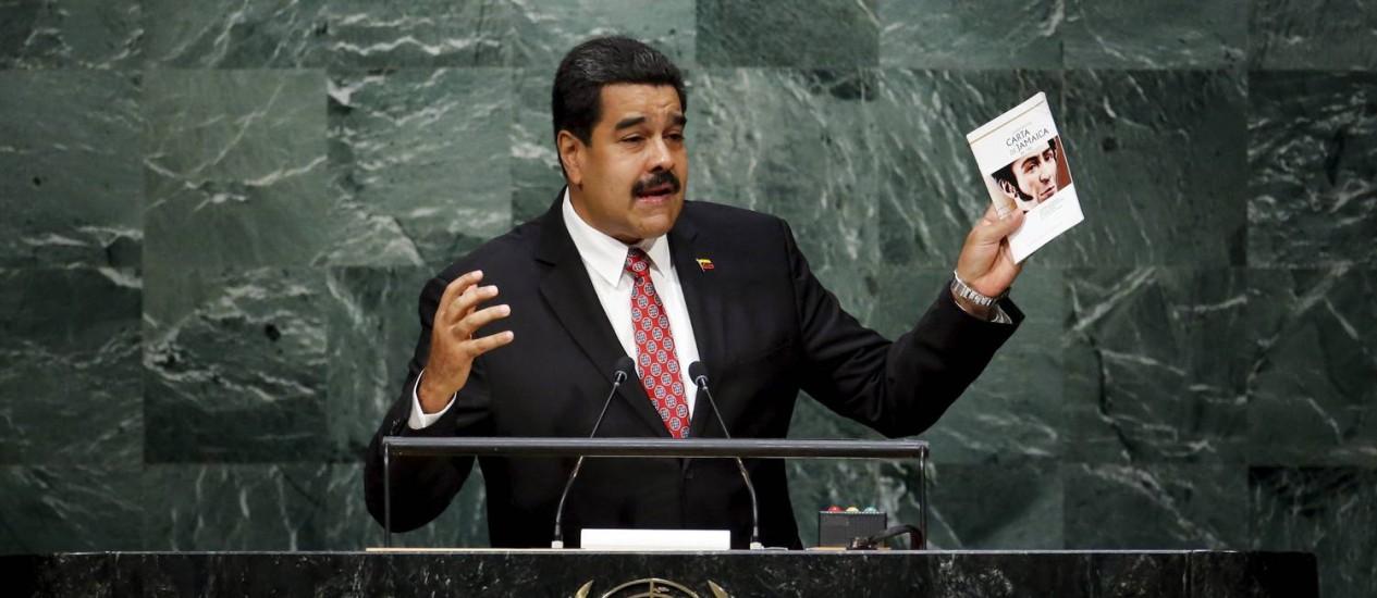 Com uma cópia da Carta da Jamaica escrita por Simón Bolívar, Maduro insistiu em nova era em que países hegemônicos não ditem rumos mundiais Foto: EDUARDO MUNOZ / REUTERS