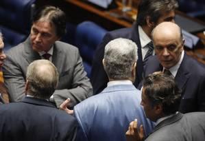 O Senador José Serra(PSDB-SP) durante conversa com os Senadores Aécio Neves (PSDB-MG), Valdir Raupp (PMDB-RR), Eunicio Oliveira (PMDB-CE) na votação da PEC da Bengala para servidores Foto: Ailton de Freitas / Agência O Globo