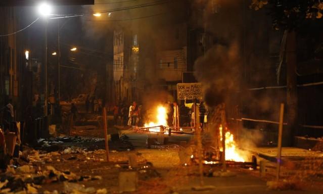 Grupo fez barricadas em protesto contra a morte do adolescente