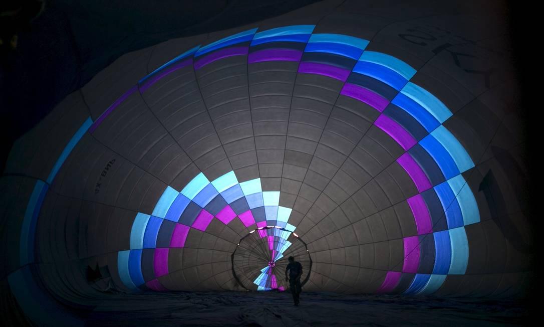 Preparativos para o vôo de um dos balões participantes do festival internacional de balonismo no Parque Nacional Maayan Harod, a nordeste de Israel BAZ RATNER / REUTERS