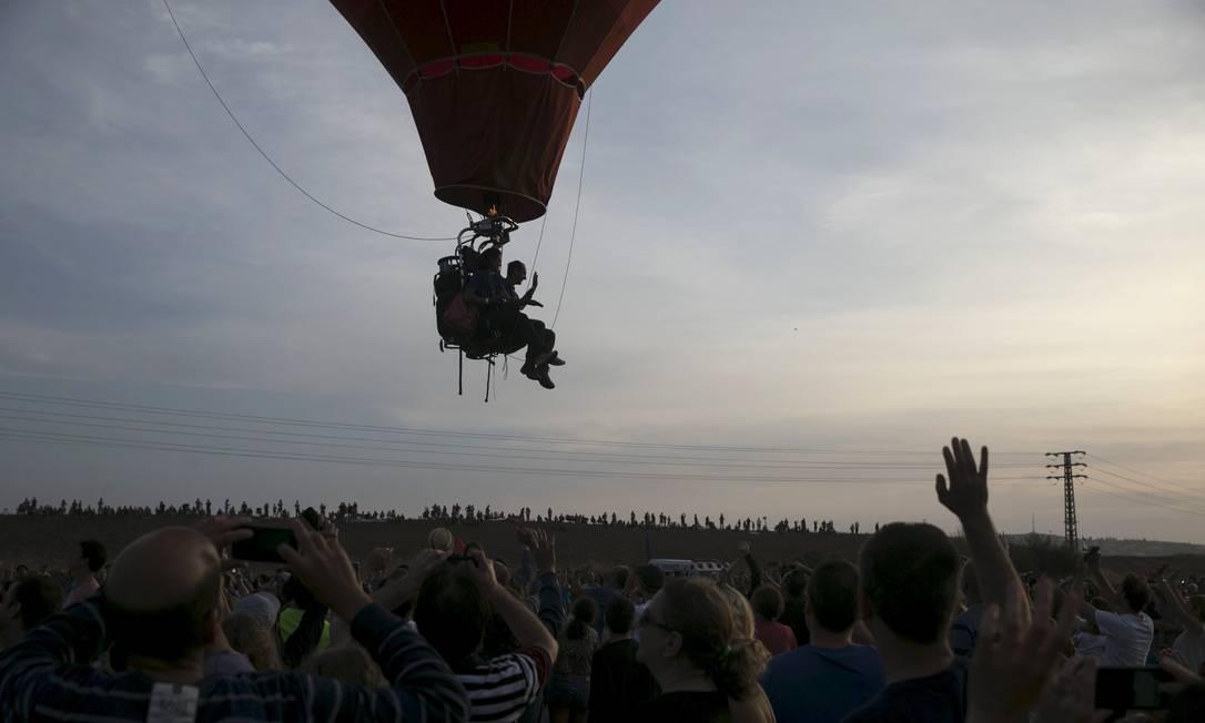 O público festeja a passagem de um balonista BAZ RATNER / REUTERS