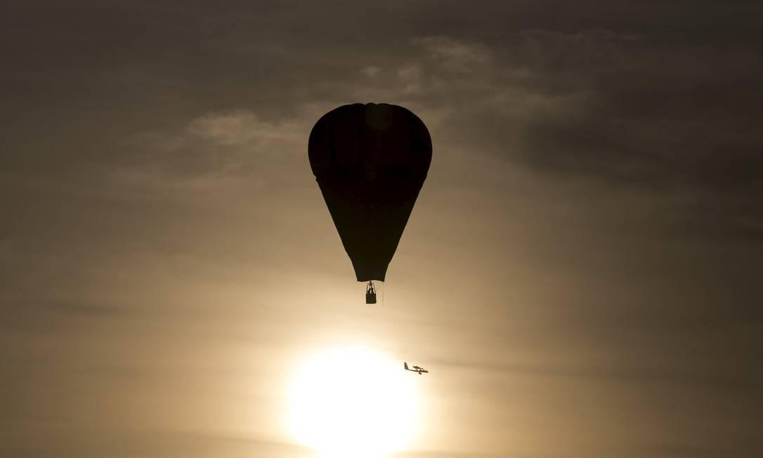 Um balão atravessa o vale de Jezreel durante o festival de balonismo em Israel BAZ RATNER / REUTERS
