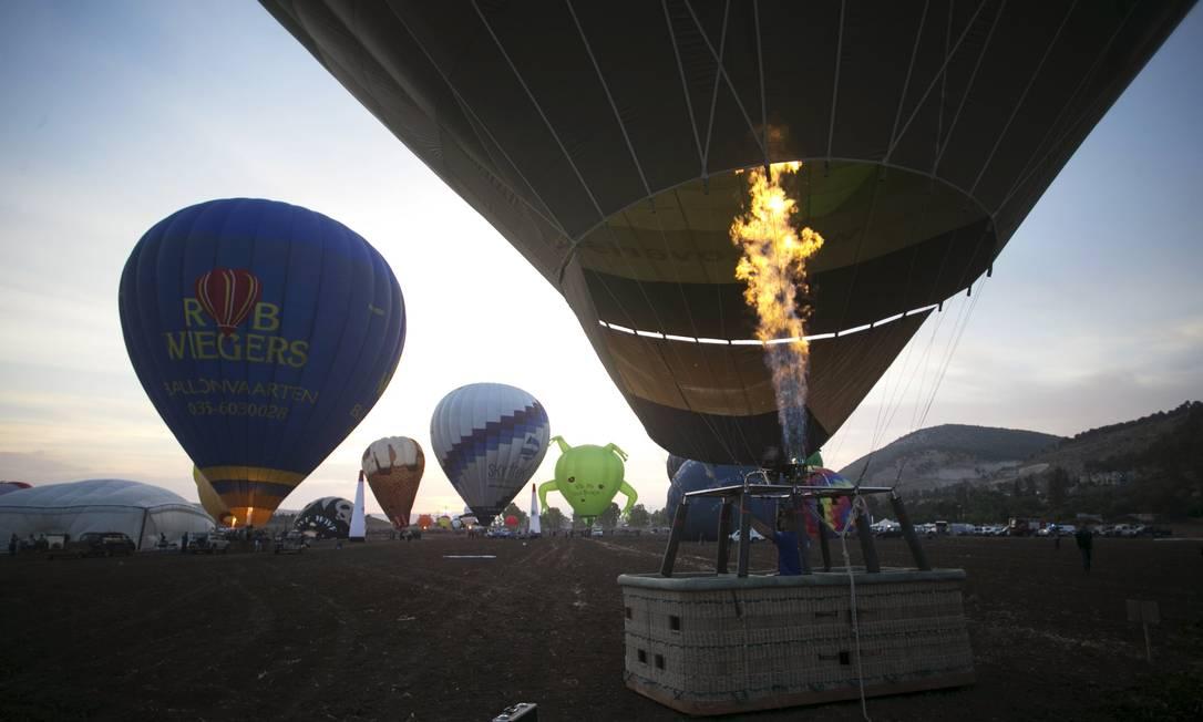 Queimadores de gás propano lançam ar quente no envelope de um balão para prporcionar o vôo BAZ RATNER / REUTERS