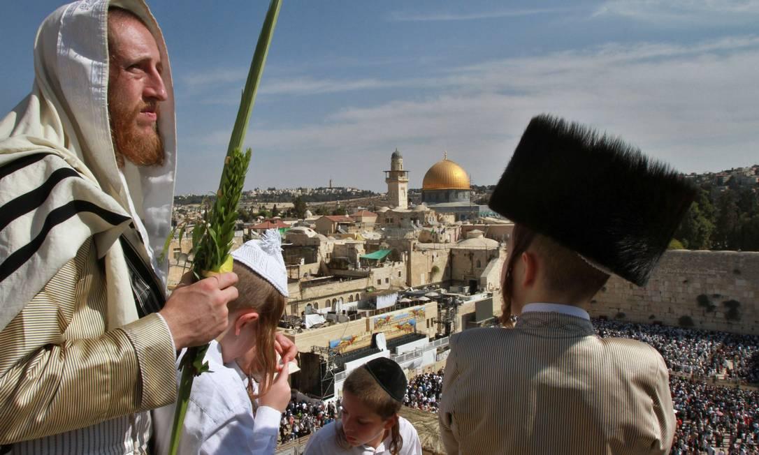 Milhares de religiosos peregrinam para Jerusalem durante a celebração do Sucôt GIL COHEN MAGEN / AFP
