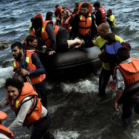 Migrante chegam à Lesbos, na Grécia, em bote de resgate após embarcação com 49 pessoas naufragar. Duas pessoas morreram Foto: Aris Messinis / AFP