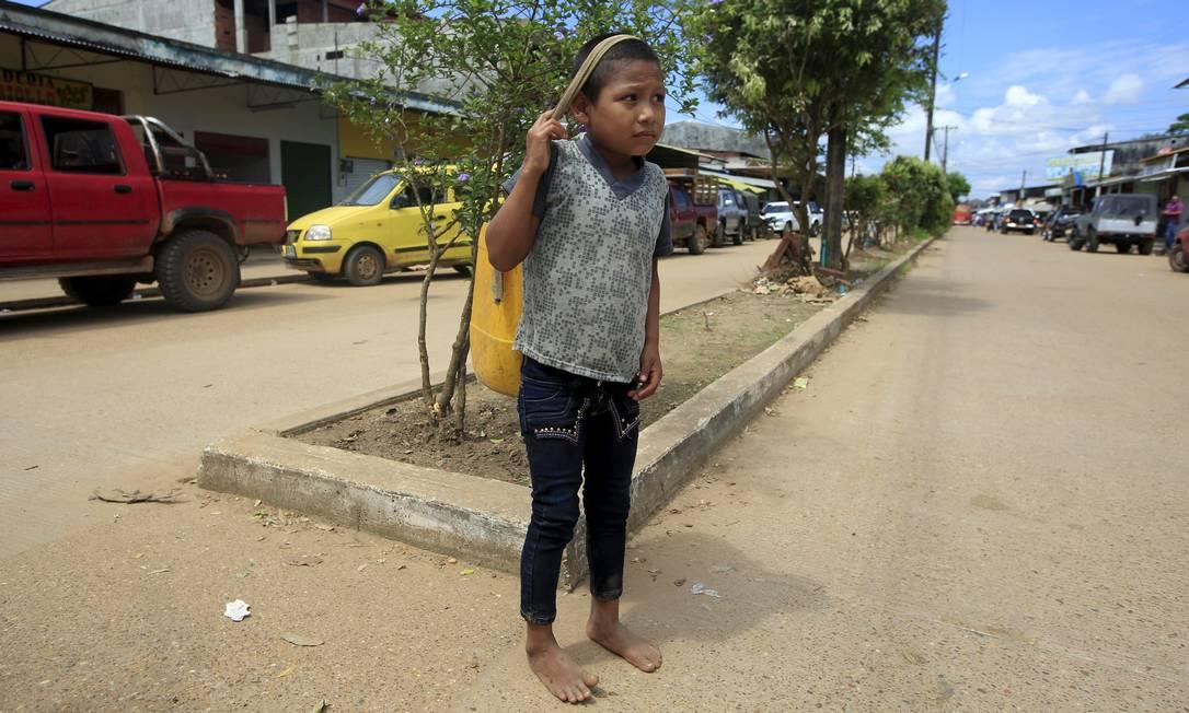 Menino da tribo Maku vaga nas ruas de Guaviare. O governo colombiano propôs um plano com medidas legais de salvaguarda para evitar a extinção das comunidades Nukak, Jiw e Sicuani. Mas enfrenta o descrédito dos próprios indígenas JOHN VIZCAINO / REUTERS
