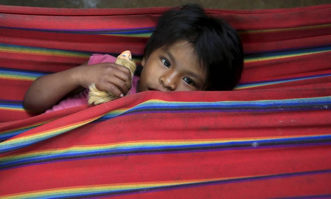 Uma criança Nukak Maku descansa no campo de refugiados em Agua Bonita próximo a San Jose del Guaviare na província de Guaviare. A tribo colombiana teve seu primeiro contato com a civilização em 1988, e há uma década buscou as cidades. Hoje está próxima da extinção. JOHN VIZCAINO / REUTERS