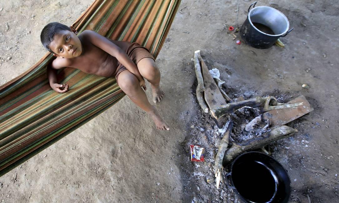 A mudança de hábitos ancestrais e alimentares afetaram a saúde de toda a tribo. Várias doenças relativas ao contato com a realidade urbana, como, desnutrição,diarréia crônica, problemas respiratórios e infecções na pele são comuns entre os indivíduos, além de depressão causada pelo restrição em caçar e pescar JOHN VIZCAINO / REUTERS