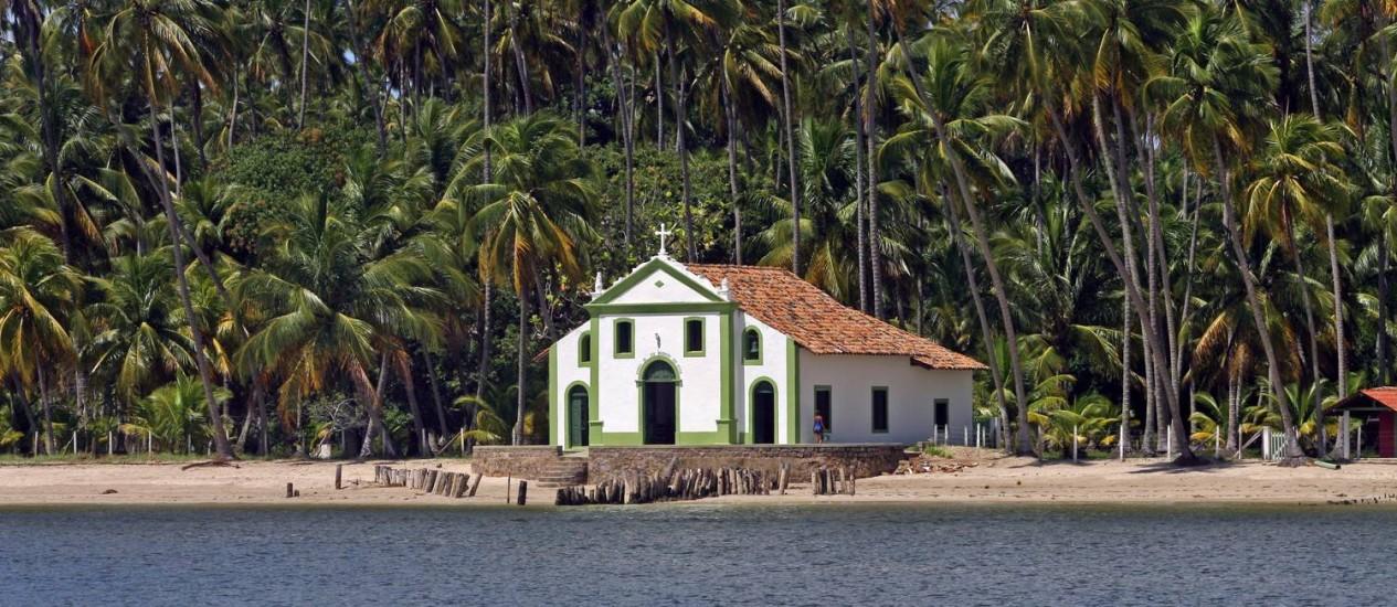 A igreja de São Benedito, na Foz do Rio Formoso, na Praia dos Carneiros, em Pernambuco. Nordeste é a região mais procurada pelos brasileiros. Foto: Fabio Rossi / Agência O Globo