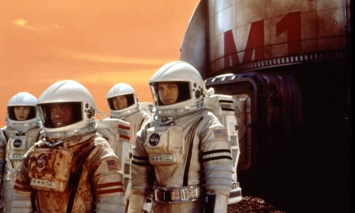 """Don Cheadle, à frente, conduz astronautas no filme """"Missão: Marte"""" Foto: Reprodução"""