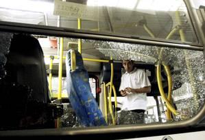 Ônibus da Viação São Silvestre teve o vidro quebrado por manifestantes Foto: Gabriel de Paiva / Agência O Globo