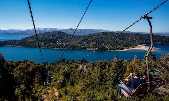 Visitantes apreciam a paisagem de verão no teleférico do Cerro Campanário, em Bariloche Foto: Pedro Kirilos / Agência O Globo