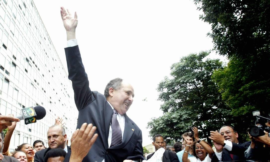 MINISTRO FRÁGIL - Demitido por Lula pelo telefone, Cristovam Buarque deixa o Ministério da Educação, em Brasília, após passar o cargo a Tarso Genro Foto: Givaldo Barbosa 27/01/2004 / Agência O Globo