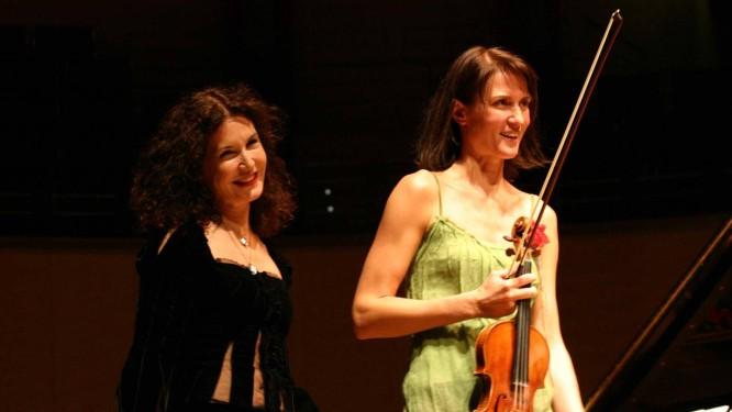 A violinista Viktoria Mullova e a pianista Katia Labèque: duo toca nesta quinta no Teatro Municipal Foto: Divulgação/Vincent Perrault