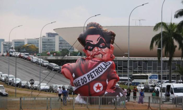 O boneco inflável da Dilma, na Esplanada dos Ministérios, entre o Senado Federal e o Supremo Tribunal Federal Foto: Jorge William / Agência O Globo