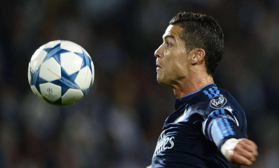 Cristiano Ronaldo domina a bola na partida contra o Malmö ANDERS WIKLUND / AP