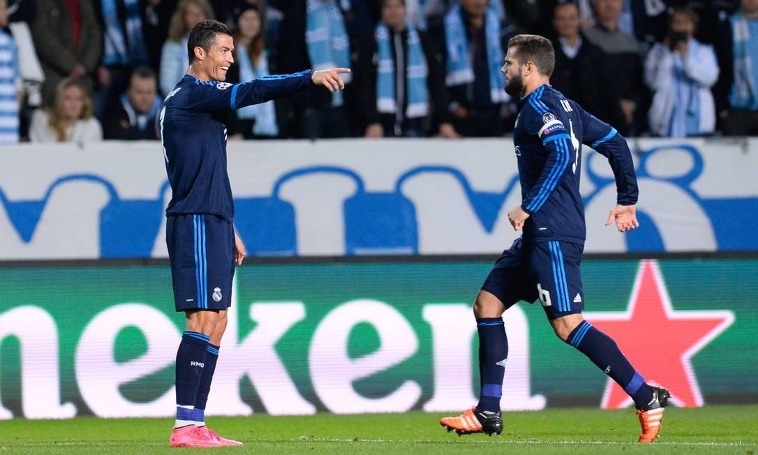 Ronaldo comemora com o zagueiro Nacho o primeiro gol nesta quarta JONATHAN NACKSTRAND / AFP