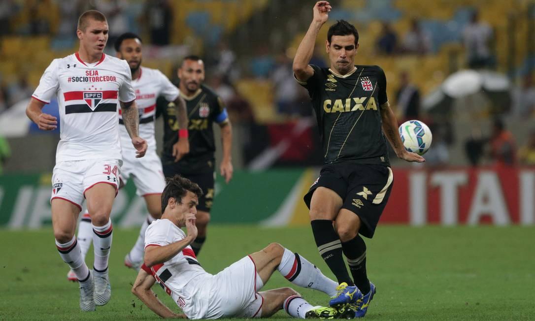 Vascaíno Herrera recebe a marcação de um zagueiro do São Paulo Márcio Alves
